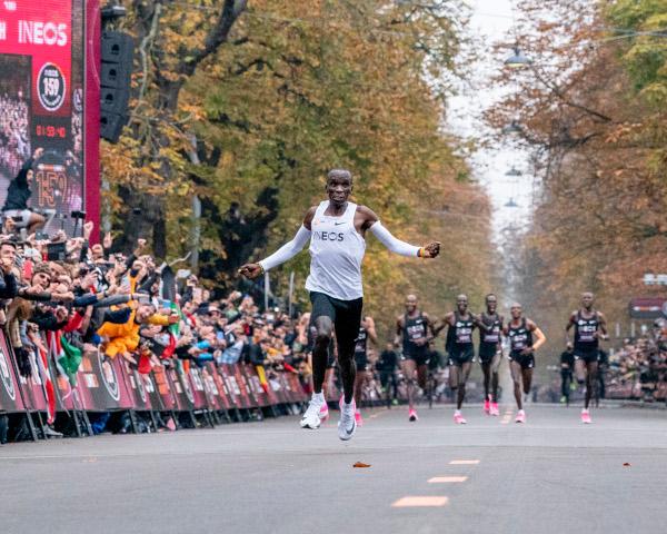 Maratona da record per Kipchoge, cade il muro delle 2 ore