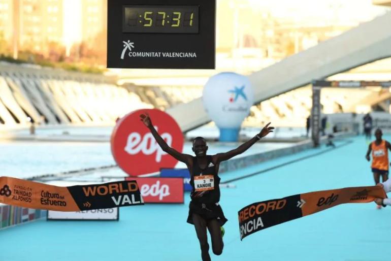 """Atletica, mezza maratona di Valencia: nuovo record del Mondo per Kibiwott Kandie in 57'32"""""""